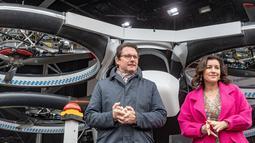 Menteri Transportasi Jerman Andreas Scheuer (kiri) dan Menteri Digitalisasi Dorothee Baer berdiri dekat prototipe taksi udara CityAirbus saat diperkenalkan di Ingolstadt, Jerman, Senin (11/3). taksi udara ini akan segera diuji coba. (Armin Weigel/dpa/AFP)
