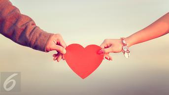 4 Reaksi Ini Akan 'Keluar' dari Tubuhmu Saat Jatuh Cinta