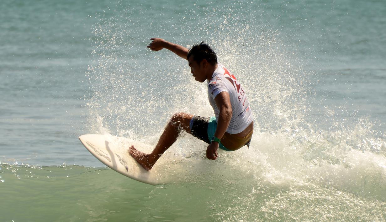 Seorang pria berselancar di pantai Kuta dekat Denpasar di pulau resor Indonesia di Bali (3/5). Pantai Kuta adalah sebuah tempat pariwisata yang terletak kecamatan Kuta, sebelah selatan Kota Denpasar, Bali, Indonesia. (AFP Photo/Sonny Tumbelaka)