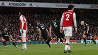 Bek Brighton & Hove Albion, Adam Webster (ketiga kiri) berselebrasi usai mencetak gol ke gawang Arsenal pada pertandingan lanjutan Liga Inggris di Stadion Emirates, London (5/12/2019). Arsenal takluk dengan skor tipis 2-1 atas Brighton. (AP Photo/Frank Augstein)