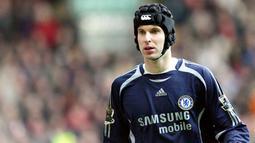 Petr Cech (Helm Rugby) - Kiper Legendaris Chelsea ini selalu memakai helm rugby saat bertanding. Pria asal Republik Ceko ini memakainya karena pernah mendapatkan cedera parah di bagian kepala. (Foto:AFP/Adrian Dennis)