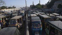 Sejumlah kendaraan terjebak kemacetan lalu lintas di jalan setelah pemerintah melonggarkan penguncian nasional (lockdown) di Karachi, Senin (18/5/2020). Pelonggaran dilakukan kendati Pakistan mengalami kenaikan jumlah orang yang terinfeksi virus corona sejak lockdown diberlakukan. (Asif HASSAN/AFP)