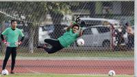 Kiper Timnas Indonesia, Muhammad Ridho, berusaha menangkap bola saat latihan di Universitas Kasetsart, Bangkok, Kamis (15/11). Latihan ini persiapan jelang laga Piala AFF 2018 melawan Thailand. (Bola.com/M. Iqbal Ichsan)