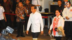 Capres 01 Joko Widodo atau Jokowi beserta istri Iriana Jokowi tiba di lokasi debat keempat Pilpres 2019 di Hotel Shangri-La, Jakarta, Sabtu (30/3). Debat dimoderatori Retno Pinasti dan Zulfikar Naghi. (Liputan6.com/AnggaYuniar)