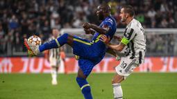Chelsea memperoleh peluang pertama pada menit ke-6 melalui Romelu Lukaku. Sambarannya usai menerima umpan sepak pojok Marcos Alonso masih dapat diamankan kiper Juventus, Wojciech Szczesny. (AFP/Marco Bertorello)