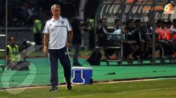 Pelatih Chelsea Jose Mourinho memperhatikan serius jalannya pertandingan ini. (Liputan6.com/Helmi Fithriansyah)