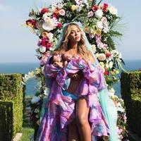 Beyonce tampak cantik ketika foto bersama dengan Sir dan Rumi Carter. (Image: @beyonce/instagram)