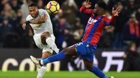 Aksi pemain Manchester United, Antonio Valencia (kiri)  melepaskan tembakan meleawati adangan pemain  Crystal Palace, Jeffrey Schlupp pada lanjutan Premier League di Selhurst Park, London, (5/3/2018). Manchester United menang 3-2.(AFP/ Glyn Kirk)