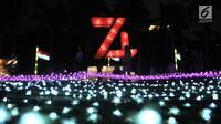 Pengunjung mengabadikan momen di depan salah satu lampion yang ditampilkan dalam Festival of Light di Monumen Nasional (Monas), Jakarta, Rabu (14/8/2019). Festival ini diadakan oleh Dinas Pariwisata dan Kebudayaan DKI Jakarta. (merdeka.com/Iqbal S. Nugroho)
