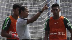 Pelatih kiper Timnas Indonesia U-22, Hendro Kartiko, memberikan instruksi saat latihan di Lapangan ABC Senayan, Jakarta, Selasa (8/1). Latihan ini merupakan persiapan jelang Piala AFF U-22. (Bola.com/Vitalis Yogi Trisna)