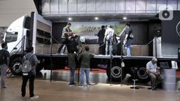 Sejumlah pengunjung menjajal simulator truk yang dihadirkan Mercedes Benz di GIICOMVEC 2020, JCC, Jakarta, Minggu (8/3/2020). Mercedes Benz menghadirkan simulator truk dan bus dalam GIICOMVEC 2020 sehingga pengunjung dapat merasakan sensasi mengendarai kendaraan besar. (merdeka.com/Iqbal Nugroho)
