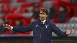 Pelatih Lazio, Simone Inzaghi menyaksikan pemainnya bertanding melawan Bayern Munchen pada pertandingan Liga Champions di Arena stadium, Jerman pada 17 Maret 2021. Inter resmi menunjuk Inzaghi sebagai pelatih baru menggantikan Conte. (AP Photo/Matthias Schrader)