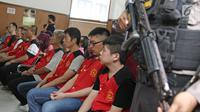 Delapan WN Taiwan terdakwa kasus penyelundupan sabu seberat satu ton mengikuti sidang lanjutan di PN Jakarta Selatan, Kamis (19/4). Sidang beragendakan pembacaan vonis. (Liputna6.com/Herman Zakharia)