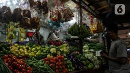 Pedagang melayani pembeli di Pasar Tebet Timur, Jakarta, Senin (4/1/2021). Selama tahun 2020 atau Januari hingga Desember terjadi inflasi sebesar 1,68 persen atau terjadi kenaikan indeks dari 103,93 pada Desember 2019 menjadi 105,68 pada Desember 2020. (Liputan6.com/Johan Tallo)