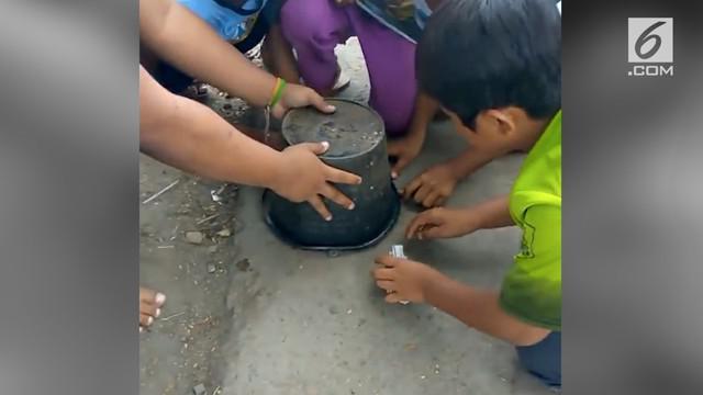 Sekelompok anak malah berebut kotoran kerbau ketika bermain tebak-tebakan, Bagaimana bisa? Simak video berikut ini.