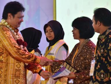 Menperin Airlangga Hartarto bersalaman usai meluncurkan program pendidikan vokasi yang bersifat terjaring dan selaras dengan kebutuhan industri untuk provinsi Jawa Tengah dan Yogyakarta di Demak, Jawa Tengah, Kamis (28/2). (Liputan6.com/Gholib)