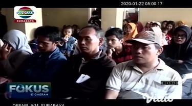 Ratusan warga di Mojokerto, Jawa Timur pada Selasa pagi (21/01) rela desak-desakan dan mengantri hingga berjam-jam untuk mengambil blangko e-KTP di kantor Dispendukcapil setempat. Warga khawatir tidak dapat mencetak e-KTP akibat terbatas blangko.
