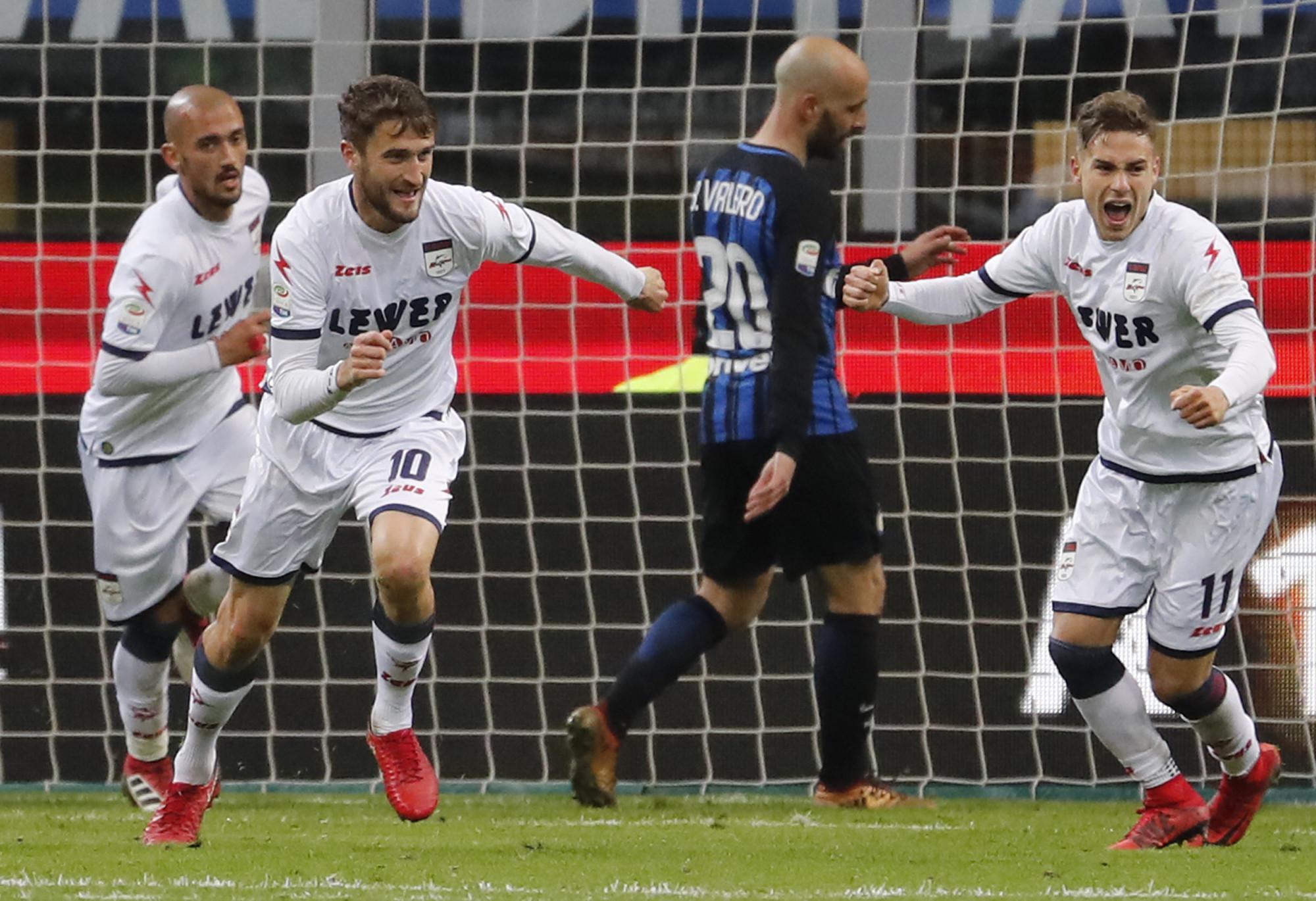 Pemain Crotone, Andrea Barberis, merayakan gol ke gawang  Inter Milan pada  pertandingan lanjutan  Serie A, di Giuseppe Meazza, Minggu (4/2/2018) dini hari WIB. (AP/Antonio Calanni).
