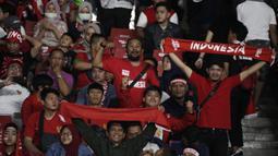 Penonton memberikan dukungan saat laga Kualifikasi Piala Dunia 2022 antara Timnas Indonesia melawan Thailand di SUGBK, Jakarta, Selasa (10/9). Laga berlangsung sepi hanya dihadiri 11.619 penonton. (Bola.com/Vitalis Yogi Trisna)