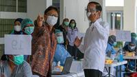 Presiden Joko Widodo (Jokowi) dan Menteri Kesehatan Budi Gunadi Sadikin meninjau vaksinasi COVID-19 massal Tahap I bagi 6.000 Tenaga Kesehatan Wilayah DKI Jakarta di Istora Senayan Jakarta pada Kamis, 4 Februari 2021. (Dok Kementerian Kesehatan RI)