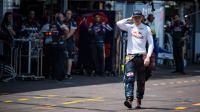 Pebalap Red Bull, Max Verstappen, berjalan di area paddock setelah mengalami crash pada kualifikasi F1 GP Monako, Sabtu (28/5/2016). (EPA/ANDREJ ISAKOVIC )