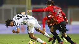 Pemain Juventus, Paulo Dybala, berebut bola dengan pemain Benevento, Perparim Hetemaj, pada laga Liga Italia di Stadion Vigorito, Sabtu (28/11/2020). Kedua tim bermain imbang 1-1. (Alessandro Garofalo/LaPresse via AP)