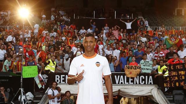 Luis Nani diperkenalkan Valencia usai mengantarkan Portugal menjadi juara Piala Eropa 2016, ia menarikan capoeira saat diperkenalkan.