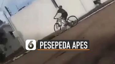 Tidak fokus melihat ke depan, pesepeda ini justru menabrak tiang listrik yang berada di depannya.