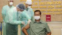 putra Perdana Menteri Hun Sen menjadi penerima pertama vaksin COVID-19 di Kamboja (AP)