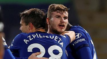Striker Chelsea, Timo Werner (tengah) melakukan selebrasi bersama rekan setim usai mencetak gol kedua timnya ke gawang Newcastle United dalam laga lanjutan Liga Inggris 2020/21 pekan ke-24 di Stamford Bridges, London, Senin (15/2/2021). Chelsea menang 2-0 atas Newcastle. (AFP/Adrian Dennis/Pool)