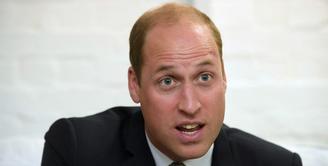 Pangeran William akhirnya tampil di publik setelah kabar soal kehamilan anak ketiga Kate Middleton tersiar di publik. Dengan bahagia, pangeran Harry menceritakan kondisi terkini sang istri. (AFP)