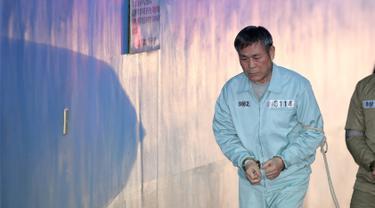 Pastor Korea Selatan Lee Jaerock tiba di Pengadilan Distrik Pusat Seoul untuk menghadiri persidangannya di Seoul (22/11). Pemimpin kultus Korsel ini dihukum pada 22 November 2018 terkait perkosaan ganda delapan pengikut wanitanya. (AFP Photo/Jung Yeon-je)