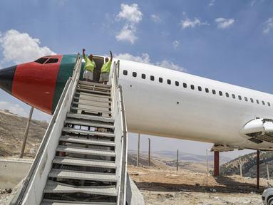 Saudara kembar Palestina Atallah dan Khamis al-Sairafi (60) mengubah pesawat Boeing 707 yang dinonaktifkan menjadi restoran di kota Nablus, Tepi Barat yang diduduki pada 5 Juli 2021. Mereka membelinya pada tahun 1999 seharga 100.000 dolar AS, dengan keadaan pesawat tanpa mesin. (JAAFAR ASHTIYEH/AFP