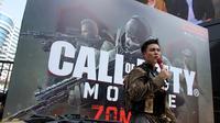Baim Wong saat simulasi memberantas Zombie di acara Car Free Day