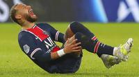 Striker Paris Saint-Germain (PSG), Neymar, kembali mengalami cedera parah saat timnya ditaklukkan Lyon 0-1 pada laga lanjutan Ligue 1. (AP Photo/Thibault Camus)