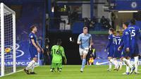 Penyerang Manchester City, Kevin De Bruyne, melakukan selebrasi usai mencetak gol ke gawang Chelsea pada laga Liga Inggris di Stadion Stamford Bridge, Minggu (3/1/2021). City menang dengan skor 3-1. (Andy Rain/Pool via AP)