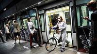 Orang-orang memakai masker di stasiun metro di Kopenhagen pada Sabtu (22/8/2020) dini hari. Pemerintah Denmark telah mewajibkan pemakaian masker atau penutup wajah di transportasi umum untuk mencegah penyebaran Covid-19 mulai Sabtu (22/8) ini.  (Olafur STEINAR GESTSSON/Ritzau Scanpix/AFP)