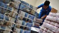 Tumpukan uang rupiah yang dipersiapkan untuk anjungan tunai mandiri (ATM) di Kantor Pusat BNI (Persero) Tbk, Jakarta. (ANTARA)