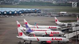 Pesawat maskapai Lion Air terparkir di areal Bandara Soekarno Hatta, Tangerang, Kamis (16/5/2019). Berdasarkan hasil Rapat Koordinasi antara Kementerian Bidang Perekonomian dan Kementerian Perhubungan memutuskan tarif batas atas tiket pesawat turun sebesar 12-16 persen.(Www.sulawesita.com)