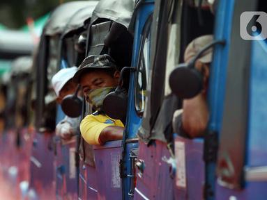 Pengemudi bajaj menunggu penumpang di jalur khusus angkutan umum Stasiun Tanah Abang, Jakarta Pusat, Jumat (5/6/2020). Stasiun Tanah Abang punya wajah baru dengan menyediakan jalur khusus angkutan umum mulai dari angkot, bajaj, hingga ojek. (Liputan6.com/Johan Tallo)
