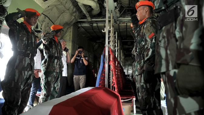 Anggota Paskhas memberikan penghormatan terakhir kepada jenazah Jenderal TNI (Purn) George Toisutta sebelum diterbangkan ke Makassar di dalam pesawat Hercules di Lanud Halim Perdanakusuma, Jakarta, Rabu (12/6/2019). (merdeka.com/Iqbal S. Nugroho)