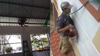 Kelakuan nyeleneh tukang bangunan saat melindungi diri. (Twitter/AndyTopan/bapanabarudak_)