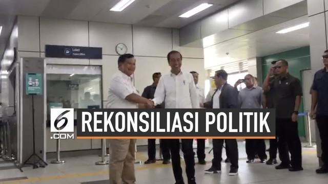 Presiden Jokowi bertemu Prabowo Subianto di stasiun MRT Lebak Bulus. Keduanya berangkat bersama menuju Senayan.