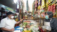 Sekretaris Jenderal Kementerian Perdagangan, Suhanto, saat menanyakan harga bahan pokok ke pedagang Pasar Pedurungan. (Foto: Liputan6.com/Felek Wahyu)
