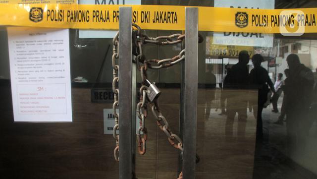 Hotel Wisma Prima disegel oleh petugas Sudin Parekraf Jakarta Barat bersama Satpol PP di Mangga Besar, Taman Sari, Jakarta Barat, Senin (31/5/2021). Penutupan dilakukan menyusul pengungkapan kasus prostitusi online anak di bawah umur di hotel tersebut. (Liputan6.com/Herman Zakharia)