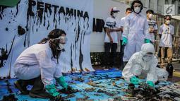 Aksi teatrikal Koalisi Organisasi Masyarakat Sipil (KORMAS) di Kantor Pusat Pertamina Jakarta, Rabu (18/9/2019). Aksi menginformasikan bahwa ekosistem perairan Karawang dan sekitarnya yang terkena dampak tumpahan minyak butuh tindakan penyelamatan yang nyata dan segera. (Liputan6.com/Faizal Fanani)