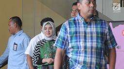 Ekspresi Dirut Pertamina Nicke Widyawati (tengah) usai menjalani pemeriksaan oleh penyidik di Gedung KPK, Jakarta, Senin (10/6/2019). Nicke diperiksa sebagai saksi untuk tersangka mantan Dirut PLN Sofyan Basir terkait kasus dugaan suap proyek pembangunan PLTU Riau-1. (merdeka.com/Dwi Narwoko)