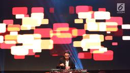 Penampilan Dipha Barus menutup panggung XYZ Day Creator Award 2018  di Senayan City, Jakarta, Rabu (25/4). Meski sudah berlangsung sejak pagi, kehadiran Dipha Barus sangat dinantikan oleh pengunjung. (Liputan6.com/Immanuel Antonius)