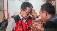 Terdakwa kasus dugaan penghilangan barang bukti pengaturan skor, Joko Driyono berdiskusi dengan kuasa hukum saat sidang putusan di PN Jakarta Selatan, Selasa (23/7/2019). Majelis hakim memvonis mantan Plt Ketua Umum PSSI Joko Driyono 1 tahun 6 bulan penjara. (Liputan6.com/Faizal Fanani)