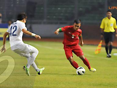 M. Fatchu Rahman (nomor 5) membantu serangan Indonesia U19 lewat sisi kanan pertahanan Korea Selatan (Liputan6.com/ Helmi Fithriansyah)